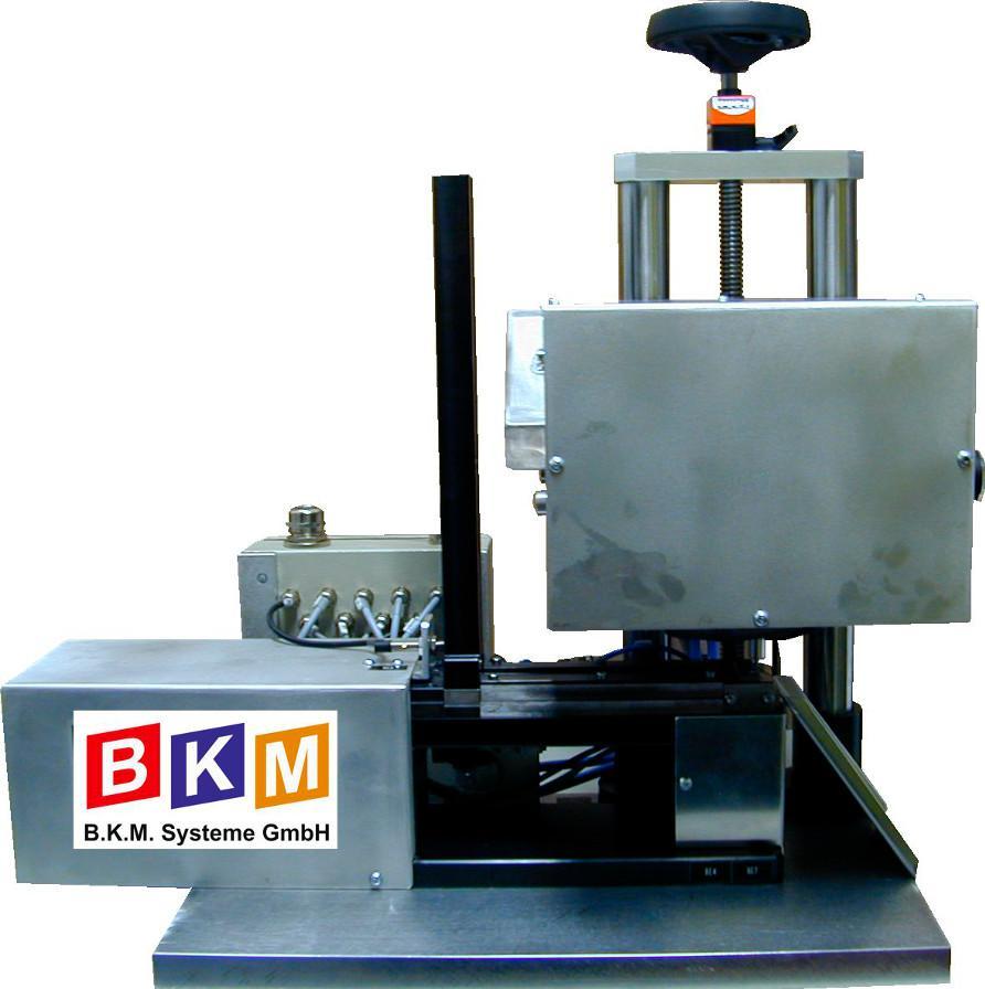Nadelpräger Typenschildpräger BKM - PTM450TYP Handling aus Belademagazin